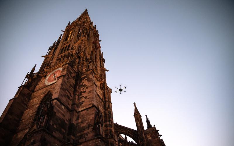 Die mit dem mobilen 3D-Laserscanner ausgerüstete Drohne hebt im Herzen der Freiburger Altstadt ab