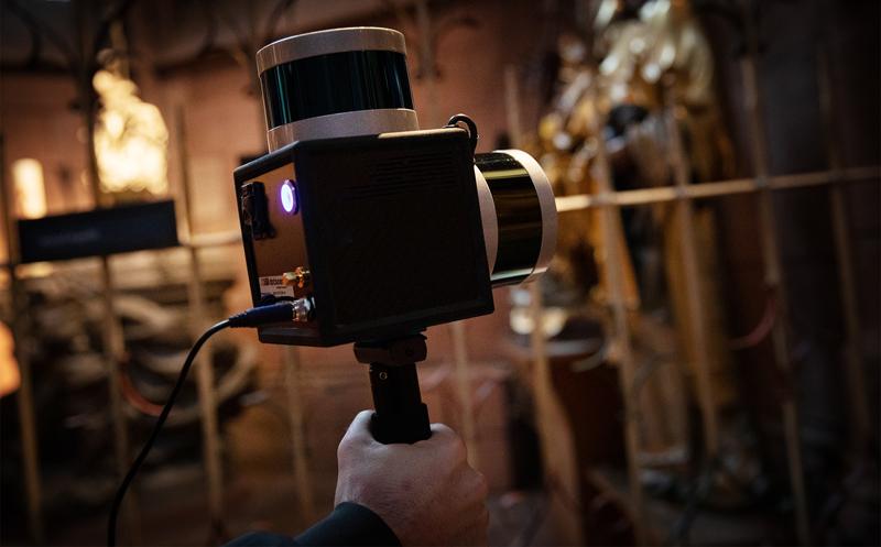 Der Laserscanner wird für die Erfassung durch die Kirche getragen. Dabei scannt er horizontal und vertikal seine Umgebung.